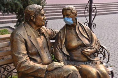v-zaporozhe-v-karantin-dazhe-skulptura-v-maske-foto.jpg