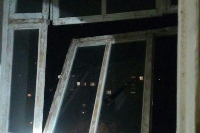 v-zaporozhe-v-kvartire-proizoshel-hlopok-gazovozdushnoj-smesi-spasateli-demontirovali-balkonnuyu-ramu.jpg
