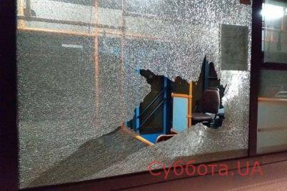 v-zaporozhe-v-novom-municzipalnom-avtobuse-razbili-okna-kirpichom-foto.jpg