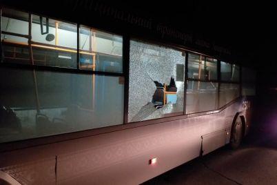 v-zaporozhe-v-okno-municzipalnogo-avtobusa-brosili-kirpich-fotofakt.jpg