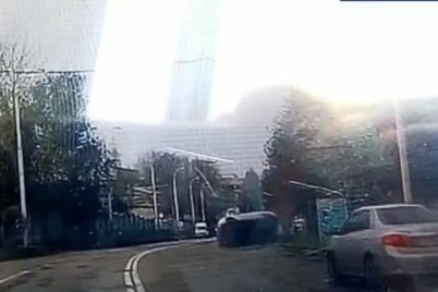 v-zaporozhe-v-rajone-avtovokzala-perevernulsya-avtomobil-patrulnye-opublikovali-video.jpg
