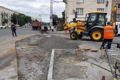 v-zaporozhe-v-rajone-metallurgov-ukladyvayut-novyj-asfalt-staryj-prosel-iz-za-livnya-foto.jpg