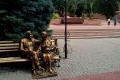 v-zaporozhe-vandaly-pohitili-skulpturu-sobaki-u-pamyatnika-roditelyam-foto.jpg