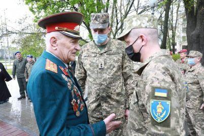v-zaporozhe-veteran-vtoroj-mirovoj-vojny-i-veteran-ato-sovmestno-zazhgli-ogon-pamyati-na-allee-boevoj-slavy.jpg