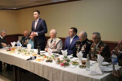 v-zaporozhe-veteranam-podarili-knigu-o-soldatah-pobedy.jpg