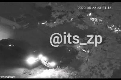 v-zaporozhe-voditel-avto-vrezalsya-v-priparkovannyj-lanos-i-skrylsya-s-mesta-dtp-video.jpg