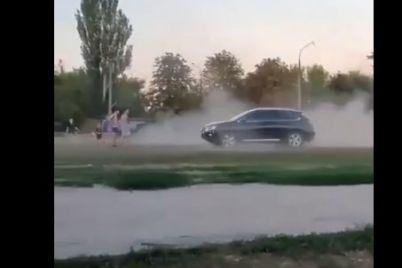 v-zaporozhe-voditel-dzhipa-gonyal-po-shkolnomu-stadionu-na-kotorom-igrali-deti-video.jpg
