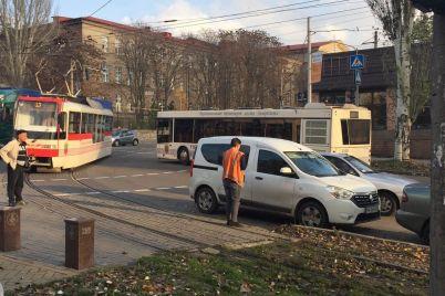 v-zaporozhe-voditel-legkovogo-avto-iz-za-neudachnogo-mesta-parkovki-zablokiroval-dvizhenie-tramvaev-foto-video.jpg