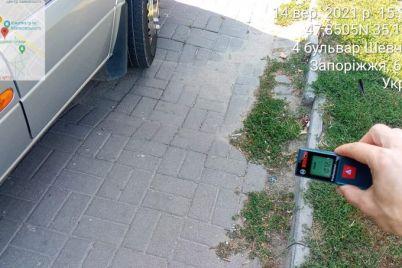 v-zaporozhe-voditel-peregorodil-svoim-avtomobilem-peshehodnuyu-zonu-i-chast-dorogi.jpg