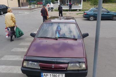 v-zaporozhe-voditel-priparkovalsya-pryamo-na-peshehodnom-perehode-foto.jpg