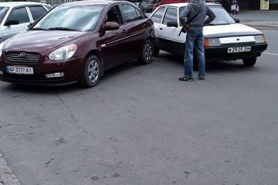 v-zaporozhe-voditel-pytalsya-uehat-ot-inspektorov-po-parkovke-i-protaranil-chuzhoe-avto-foto.jpg