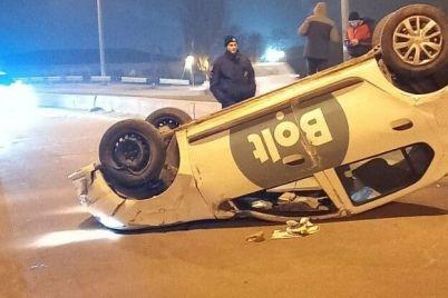 v-zaporozhe-voditel-taksi-pod-narkotikami-vletel-v-otbojnik-i-perevernulsya.jpg