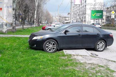 v-zaporozhe-voditeli-oblyubovali-dlya-parkovki-gazon-vozle-otdeleniya-policzii-foto.jpg