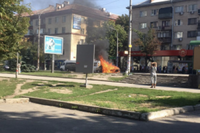 v-zaporozhe-vozle-czentralnogo-rynka-na-hodu-zagorelos-avto.png