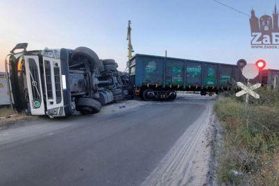 v-zaporozhe-vozle-rechnogo-porta-lokomotiv-vrezalsya-v-gruzovik.jpg