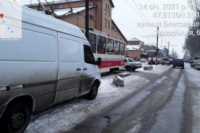 v-zaporozhe-vozle-rynka-avtomobil-zablokiroval-dvizhenie-tramvaev-foto.jpg