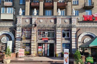 v-zaporozhe-vozle-skvera-pionerov-demontiruyut-nezakonnye-vyveski.jpg