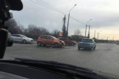 v-zaporozhe-vozle-trassy-stolknulis-avtomobili-foto.jpg