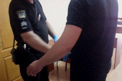 v-zaporozhe-vrachej-internov-policzejskie-dosmatrivali-s-metalloiskatelem-foto.jpg