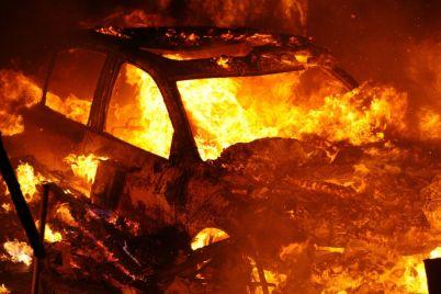 v-zaporozhe-vspyhnul-avtomobil-foto.jpg