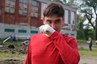 v-zaporozhe-za-vyhodnoj-den-v-shkole-priveli-v-poryadok-sportploshhadku.jpg