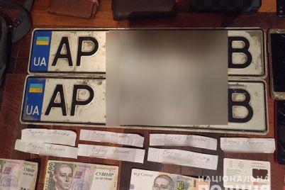 v-zaporozhe-zaderzhali-zloumyshlennika-kotorogo-podozrevayut-v-krazhe-150-nomernyh-znakov.jpg