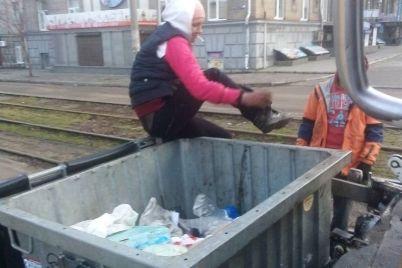 v-zaporozhe-zhenshhina-ne-hotela-vylezat-iz-musornogo-kontejnera-foto.jpg