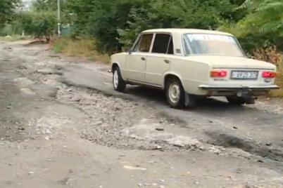v-zaporozhe-zhiteli-chastnogo-sektora-vynuzhdeny-preodolevat-polosu-prepyatstvij-foto.png