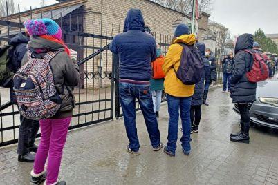 v-zaporozhe-zhurnalistov-snova-ne-pustili-na-sessiyu-v-gorsovet-oni-vyzvali-policziyu-video.jpg