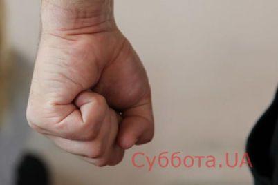 v-zaporozhe-zloumyshlennik-nabrosilsya-na-muzhchinu-s-kulakami.jpg