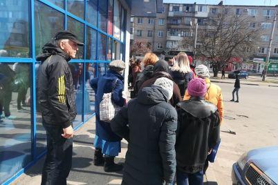 v-zaporozhskie-supermarkety-puskayut-ne-bolshe-10-ti-chelovek-ocheredi-byut-rekordy-foto.jpg