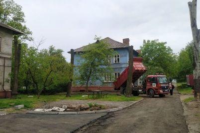 v-zaporozhskih-dvorah-nachali-remontirovat-problemnye-dorogi.jpg
