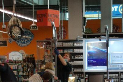 v-zaporozhskih-supermarketah-eshhe-bolshe-usilivayut-mery-bezopasnosti-foto.jpg