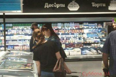 v-zaporozhskih-supermarketah-pokupateli-bez-masok-distancziya-mezhdu-nimi-pyat-santimetrov-video.jpg