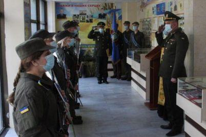 v-zaporozhskij-muzej-voennye-prihodili-s-avtomatami-foto.jpg