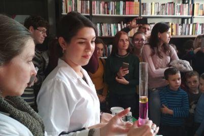 v-zaporozhskoj-biblioteke-ustroili-izverzhenie-vulkana-foto.jpg