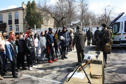 v-zaporozhskoj-chasti-gostej-osobenno-vpechatlili-tehnika-i-oruzhie-foto.jpg