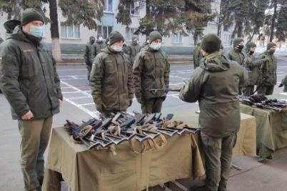 v-zaporozhskoj-chasti-prodolzhayut-vydachu-oruzhiya-foto.jpg
