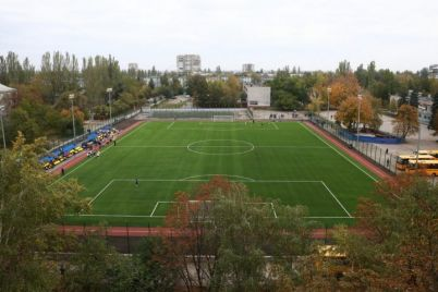 v-zaporozhskoj-gimnazii-otkryli-sovremennyj-futbolnyj-stadion.jpg