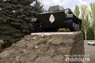 v-zaporozhskoj-oblasti-52-letnij-huligan-zabrosal-musorom-memorial.jpg