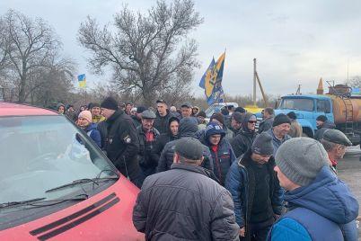 v-zaporozhskoj-oblasti-agrarii-perekryli-trassu-sotni-avto-stoyat-v-probke-foto-video.jpg