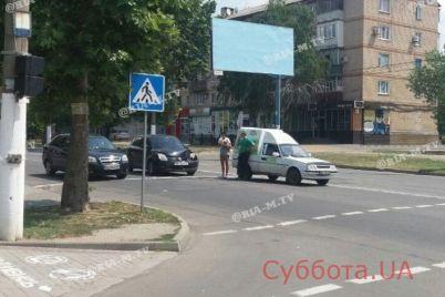 v-zaporozhskoj-oblasti-avtoledi-vrezalas-v-avtomobil-stoyashhij-na-svetofore-foto.jpg