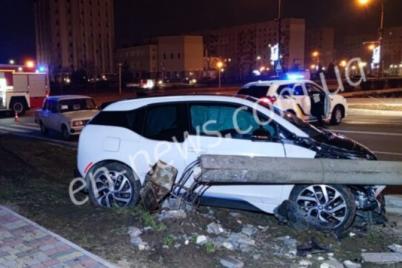 v-zaporozhskoj-oblasti-avtomobil-bmw-vyletel-na-obochinu-i-snes-elektrooporu.png