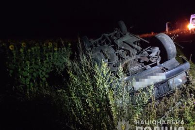 v-zaporozhskoj-oblasti-avtomobil-suehal-s-dorogi-i-perevernulsya-voditel-pogib.jpg