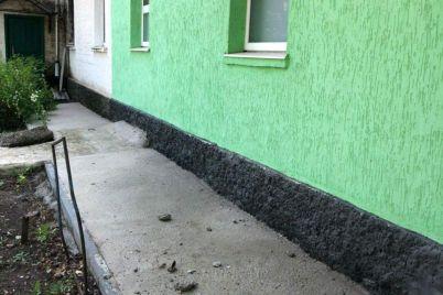 v-zaporozhskoj-oblasti-balkon-mnogokvartirnogo-doma-derzhitsya-na-voloske.jpg