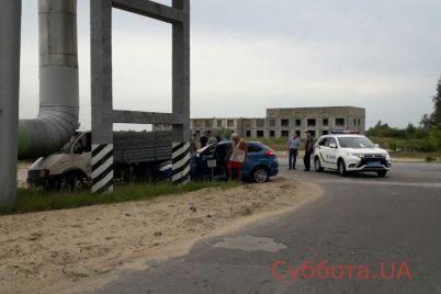 v-zaporozhskoj-oblasti-dva-avtomobilya-vrezalis-v-truby-teplotrassy-foto.jpg