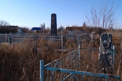 v-zaporozhskoj-oblasti-fermer-unichtozhaet-staroe-evrejskoe-kladbishhe-chtoby-na-ego-meste-seyat-psheniczu.jpg