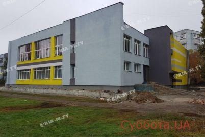 v-zaporozhskoj-oblasti-gorozhane-vysmeyali-novye-okna-v-uchebnom-zavedenii-foto.jpg