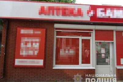 v-zaporozhskoj-oblasti-grabitel-v-maske-i-s-pistoletom-vorvalsya-v-apteku.jpg