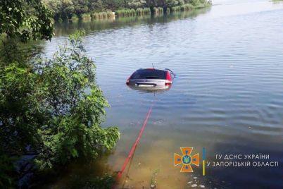 v-zaporozhskoj-oblasti-inomarka-ushla-pod-vodu-foto.jpg